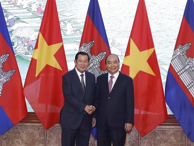 Prime Minister Nguyen Xuan Phuc and his Cambodian counterpart Samdech Techo Hun Sen