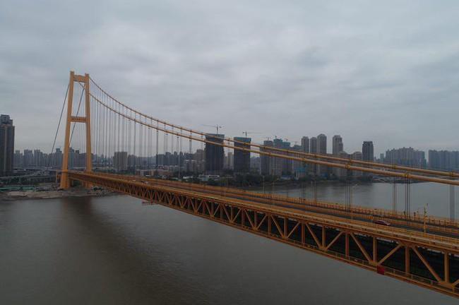 Cầu treo hai tầng dài nhất thế giới chính thức đi vào hoạt động - ảnh 1
