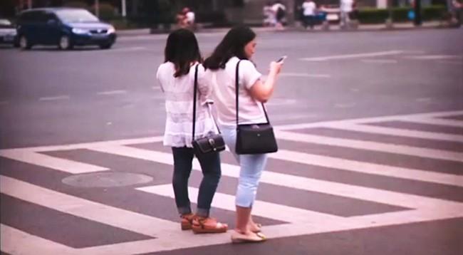 Trung Quốc: Dùng điện thoại khi băng qua đường có thể bị phạt 7 USD - ảnh 2