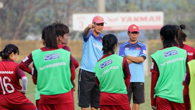 Vietnam head coach Mai Duc Chung and his players during a training session. (Photo: VFF)