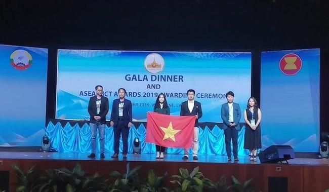 Representatives from Hocmai.vn at the awards ceremony