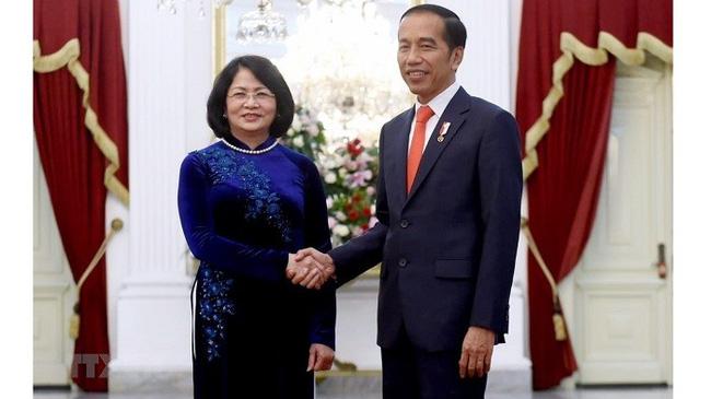 Vice President Dang Thi Ngoc Thinh (L) and Indonesian President Joko Widodo. (Photo: VNA)