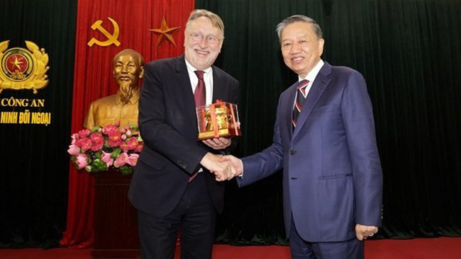 Vietnamese Minister of Public Security Gen. To Lam (R) and Chairman of the European Parliament's Committee on International Trade Bernd Lange. (Photo: VNA)