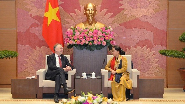 NA Chairwoman Nguyen Thi Kim Ngan (R) receives a delegation of the European Parliament's Committee on International Trade, led by its Chairman Bernd Lange, in Hanoi on October 30. (Photo: VOV)