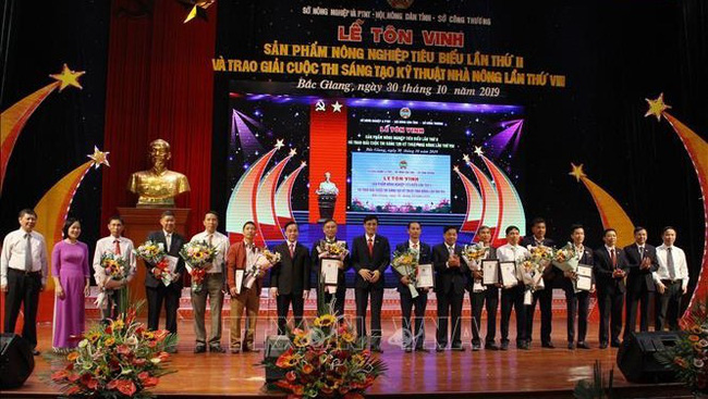 The most outstanding participants to the eighth provincial farmers' technical innovation contest received the awards. (Photo: VNA)
