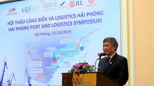 Vice Chairman of the Hai Phong Municipal People's Committee, Nguyen Xuan Binh, introduces to investors on the potential and advantages of Hai Phong in port development and logistics. (Photo: VNA)