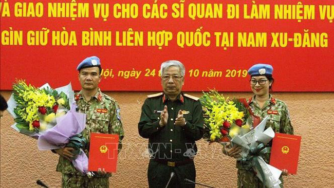 Deputy Defence Minister Nguyen Chi Vinh and two Vietnamese peacekeeping officers