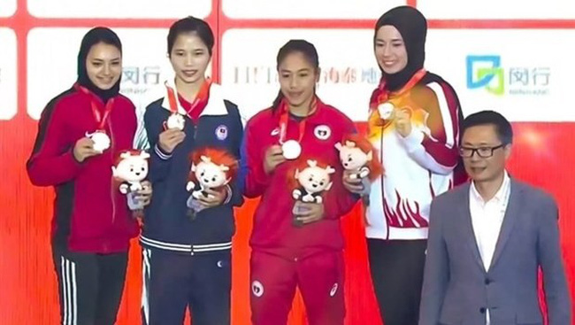 Nguyen Thi Chinh (second, left) poses with her gold and medallists at the World Wushu Championships in China (Credit: VNA)
