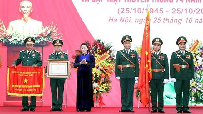 National Assembly Chairwoman Nguyen Thi Kim Ngan (third, left) presents the title Hero of the People's Armed Forces to the General Department of Military Intelligence at the ceremony in Hanoi on October 25 (Photo: VNA)