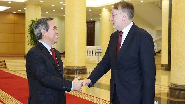 Politburo member and Chairman of the Party Central Committee's Economic Commission Nguyen Van Binh (L) welcomes Bernd Lange, Chairman of the European Parliament's Committee on International Trade, in Hanoi on October 30. (Photo: VNA)