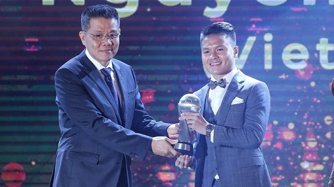 AFF President Khiev Sameth presents the awards to Nguyen Quang Hai.