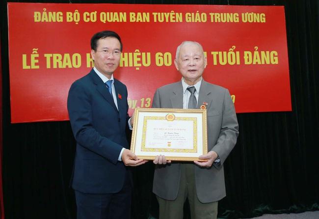 Trao tặng Huy hiệu 60 năm tuổi Đảng cho đồng chí Lê Xuân Tùng - ảnh 2