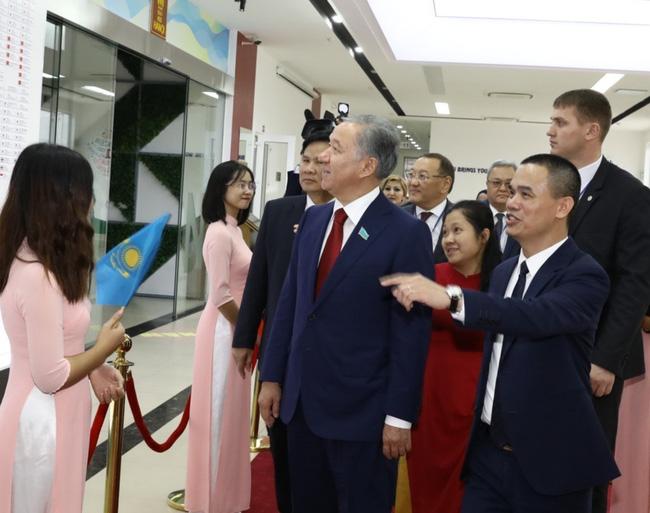 Chủ tịch Hạ viện Kazakhstan thăm Đại học Hà Nội - ảnh 2