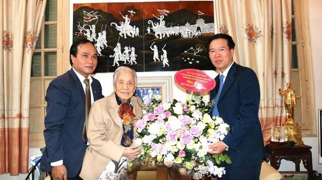 Politburo member Vo Van Thuong (R) paid a visit and offered congratulations to former Vice President Nguyen Thi Binh (M), who is former Minister of Education and Training (1976-1987)