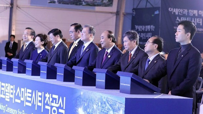 PM Nguyen Xuan Phuc, President of the Republic of Korea Moon Jae-in and ASEAN leaders attend the ground-breaking ceremony of the Eco Delta smart city in Busan, the RoK on November 24. (Photo: VNA)