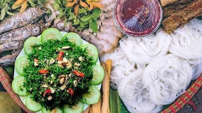 Nhot vegetables can be savoured as a side dish with rice cakes, Nghe An stuffed pancakes and vermicelli with shrimp paste.