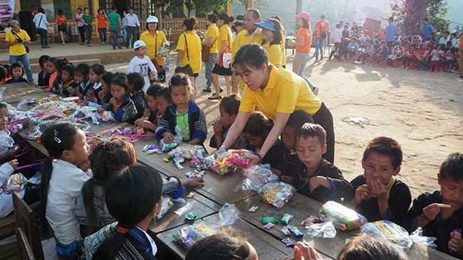 A charity tour to a school in a mountainous locality organised by Vietravel