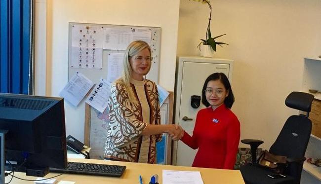 Swedish Ambassador to Vietnam Ann Mawe (R) and the female student of the Hanoi National University of Education