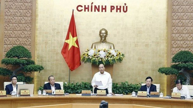 Prime Minister Nguyen Xuan Phuc (standing) speaks at the meeting (Photo: VNA)