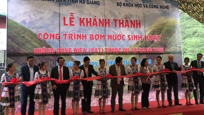The ribbon cutting ceremony for the inauguration of the project. (Photo: NDO/Khanh Toan)