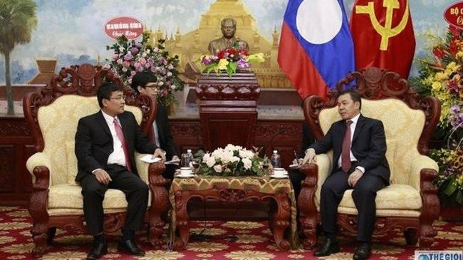 Deputy Foreign Minister Nguyen Minh Vu (L) meets with Lao Ambassador Sengphet Houngboungnuang on November 28 (Photo: baoquocte.vn)