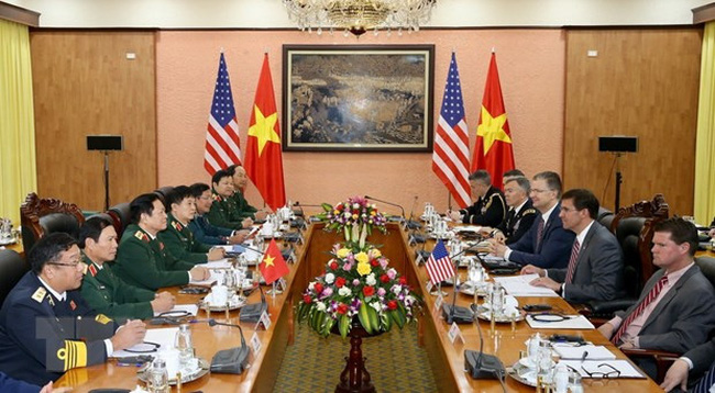 Defence Minister General Ngo Xuan Lich holds talks with US Secretary of Defence Mark Esper in Hanoi on November 20. (Photo: VNA)