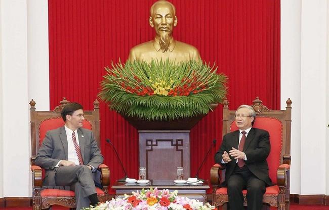 Politburo member and permanent member of the Party Central Committee's Secretariat Tran Quoc Vuong (R) receives US Defence Secretary Mark Esper in Hanoi on November 20. (Photo: VNA)