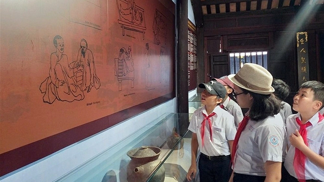 Students visiting the Musuem of Traditional Medicine in Hoi An City, Quang Nam Province.