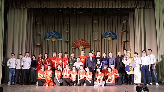 Vietnamese Consul General in Ekaterinburg and Vietnamese students after the gala concert