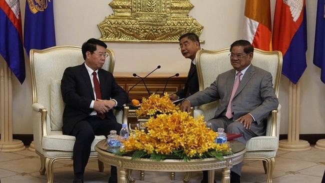 Cambodian Deputy Prime Minister Samdech Sar Kheng (right) receives Deputy Minister Bui Van Nam. (Photo: NDO)