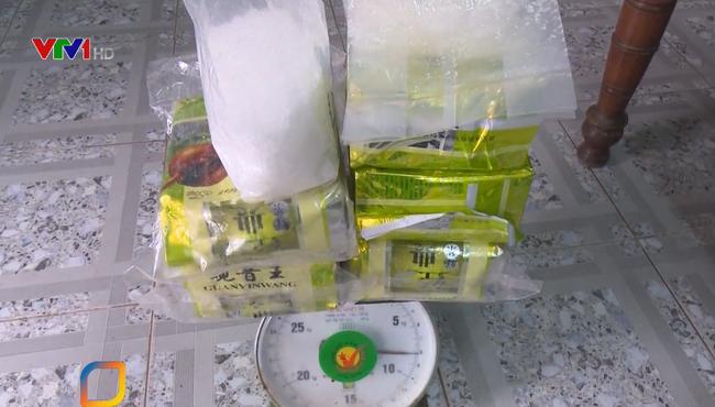 Thu giữ 7,8 kg bột trắng nghi là ma túy trôi dạt vào bờ biển - ảnh 2