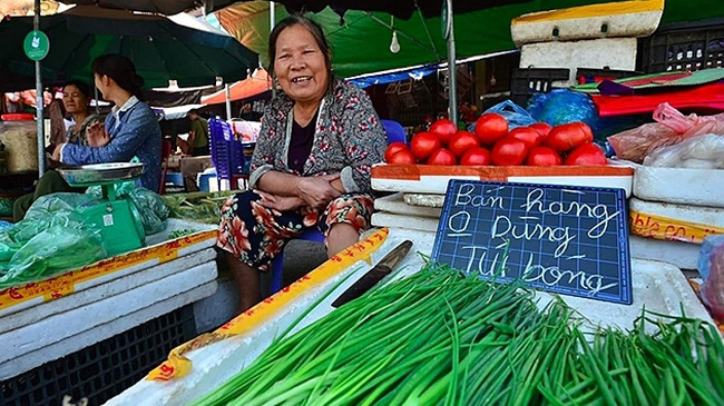 For a long time, Nhon market with about 270 stalls has said no to plastic bags and encouraged customers to bring their own food containers to the market. (Photo: NDO/Ngoc Vy)