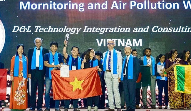 The Vietnamese delegation was awarded a cup in the category of community services and eight certificates of merit.