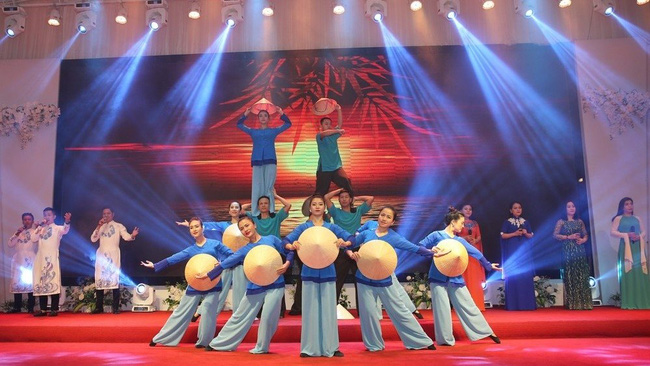 An art performance at the meeting of army officials and soldiers in Nghe An province (Photo: baonghean.vn)