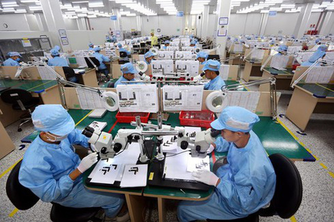 Workers examine electronic components at the factory of the Young Poong Electronics VINA Co. Ltd in Binh Xuyen II Industrial Park, Vinh Phuc province (Photo: VNA)