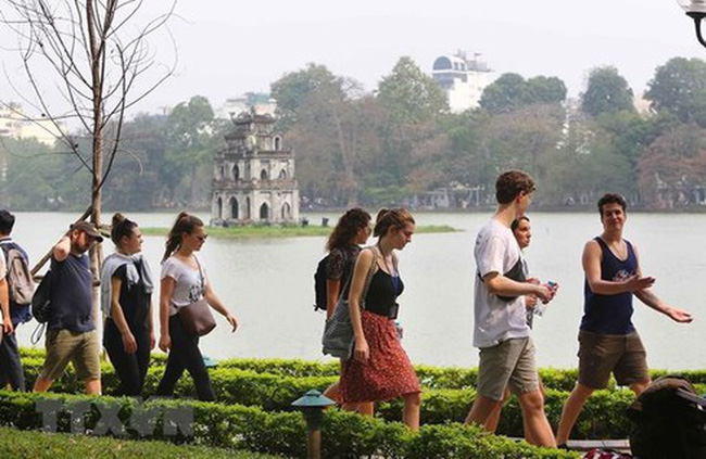 Foreign tourists in Hanoi (Photo: VNA)