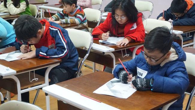 Các học sinh thực hiện bài đánh giá năng lực tư duy được thiết kế theo tiêu chuẩn CCSS