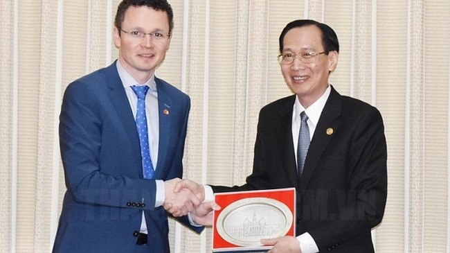 Permanent Vice Chairman of the HCM City People's Committee Le Thanh Liem (right) and Patrick O'Donovan, Minister of State for Public Procurement, Open Government and eGovernment of Ireland.