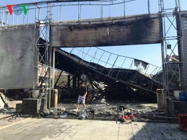 Cháy lớn thiêu rụi garage ô tô ở TP.HCM - ảnh 1