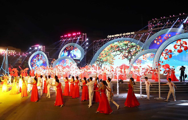 An art performance at the Red Flamboyant Flower festival 2019 (Photo: VNA)