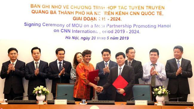 At the signing ceremony (Photo: hanoimoi.com.vn)