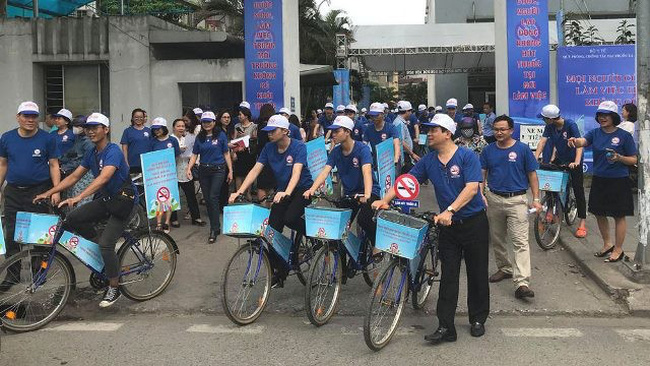 Delegates join a bicycle parade to inform the public of the health impact of smoking (Photo: hanoimoi.com.vn)