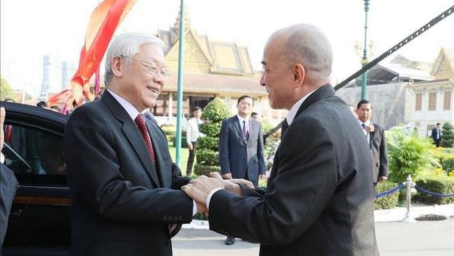 Cambodian King Norodom Sihamoni (right) welcomes Vietnamese Party General Secretary and President Nguyen Phu Trong. (Photo: VNA)