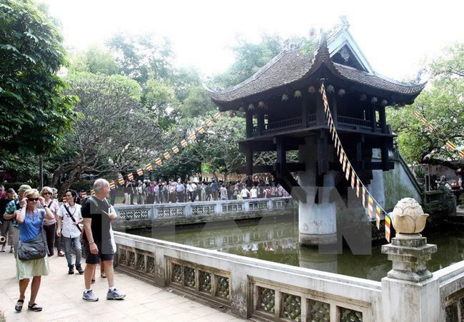 One Pillar Pagoda in Hanoi attracts foreigners. (Photo: VNA)