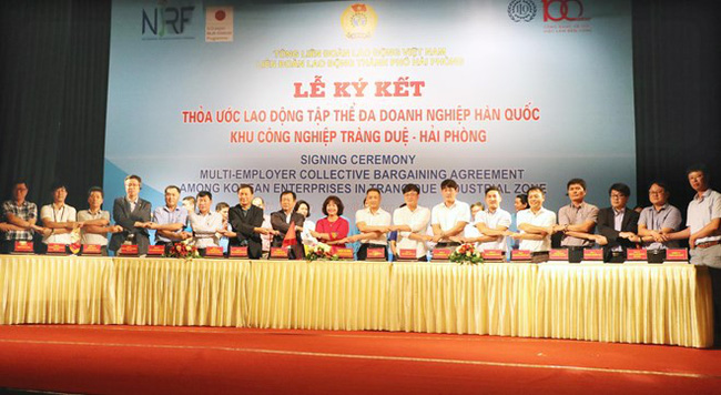 At the signing ceremony for the three-year multi-employer collective bargaining agreement in Hai Phong city (Photo: VNA)