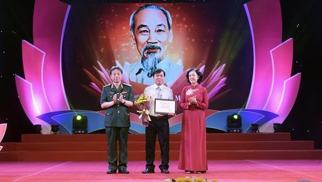 First prize winner Duong Ut (centre) honoured at the awards ceremony (Photo: hanoimoi.com.vn)