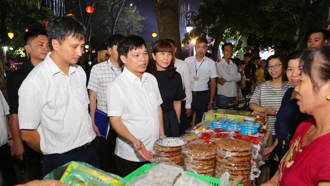 Visitors to the Hanoi Cuisine Culture Festival opened on June 7 (Photo: VNA)