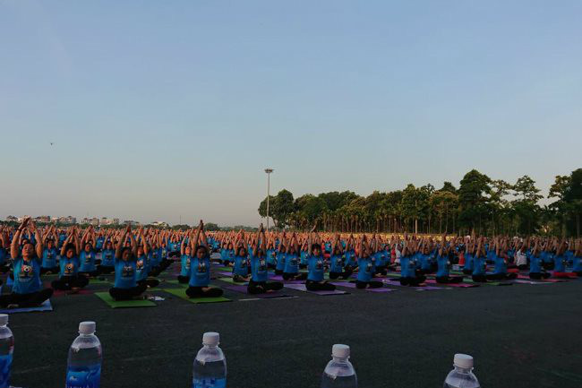 The fifth International Day of Yoga in Vinh Phuc Province attracts many people - PHOTO: COURTESY OF EMBASSY OF INDIA IN VIETNAM