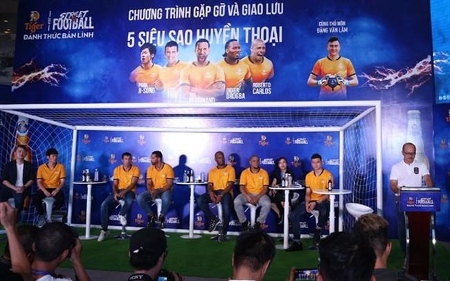 Vietnamese fans had the chance to meet five football legends at Tiger Street Football 2019. (Photo: hanoimoi.com.vn)