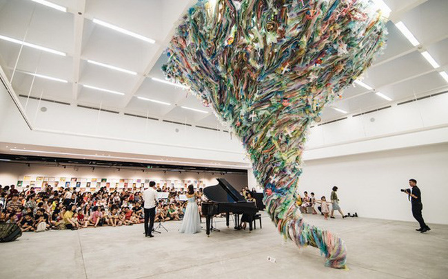 An installation entitled Loc Xoay (Tornado) at the opening of the Plastic Planet exhibition at the Vincom Centre for Contemporary Art (Photo: kenh14.vn)